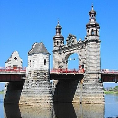 Plaukimas laivu pro Karalienės Luizos tiltą